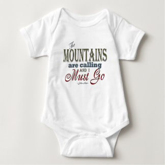 Berge, die Typografie-Zitat - John Muir nennen Baby Strampler