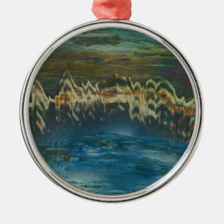 Berge reflektiert im Wintersee Silbernes Ornament