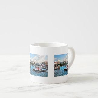 Bermuda - Schlepper, der in Hamilton-Hafen Espressotasse