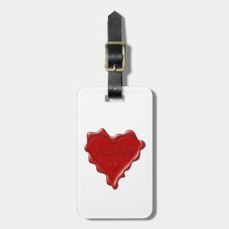 Bernsteinfarbig. Rotes Herzwachs-Siegel mit Kofferanhänger