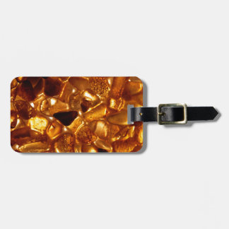 Bernsteinfarbige Körner mit Gepäckanhänger