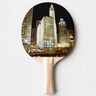 Berühmte Sehenswürdigkeit Chicagos nachts Tischtennis Schläger