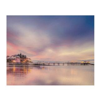 Berühmter Cromer Pier herein mit rosa Holzleinwand