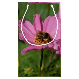Beschäftigte Biene auf Cosmo Kleine Geschenktüte