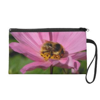 Beschäftigte Biene auf Cosmo Wristlet