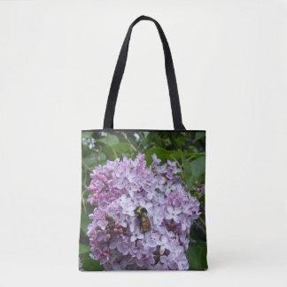 Beschäftigte Biene auf einer Flieder Tasche