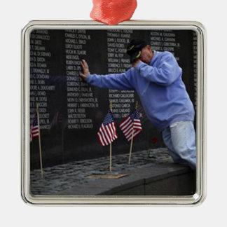 Besuchen der Vietnamerinnerungswand, Washington DC Quadratisches Silberfarbenes Ornament