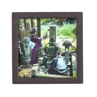 Beten zu den Vorfahren in altem Japan Vintag Kiste