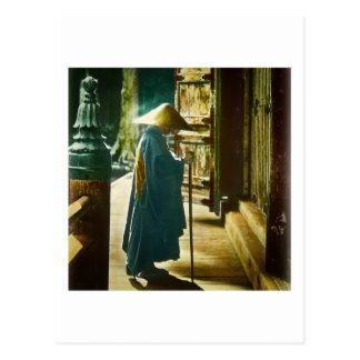 Betender Priester in alter Vintager magischer Postkarten