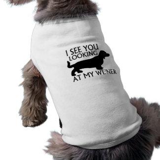 Betrachten von meinem Weiner T-Shirt