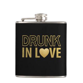 Betrunken im Liebe-Schwarzen u. in der Goldflasche Flachmann