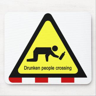 Betrunkene Leute kreuzen⚠ thailändisches Zeichen ⚠ Mousepad