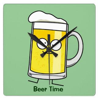Betrunkener glücklicher Alkohol des glücklichen Quadratische Wanduhr