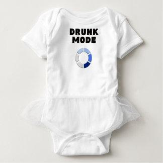 betrunkenes Modusladen, lustiges trinkendes Baby Strampler