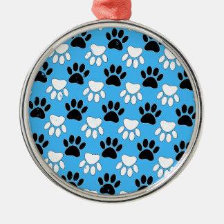 Beunruhigte Schwarzweiss-Tatzen auf blauem Silbernes Ornament