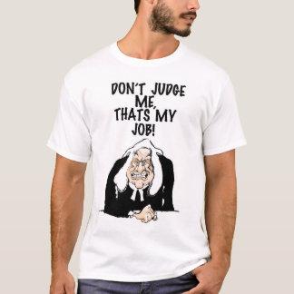 Beurteilen Sie mich nicht. auf einem T-Shirt