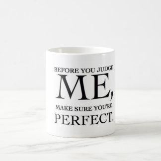 Bevor Sie mich beurteilen, vergewissern Sie sich, Kaffeetasse