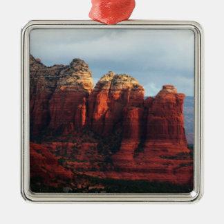 Bewölkter Kaffee-Topf-Felsen in Sedona Arizona Quadratisches Silberfarbenes Ornament