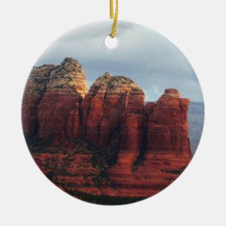 Bewölkter Kaffee-Topf-Felsen in Sedona Arizona Rundes Keramik Ornament