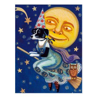 Bezaubernde Hexe reitet die Halloween-Himmel Postkarte