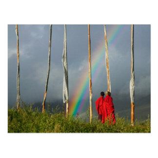 Bhutan, Gangtey Dorf, Regenbogen über zwei Mönchen Postkarte