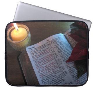 Bibel, Kerze und Poinsetta Laptop-Hülse Laptopschutzhülle