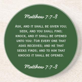 Bibeldurchgang Matthew-7:7 - 8 im weißen Text Getränke Untersetzer