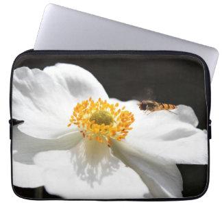 Biene auf Blume Laptop Sleeve