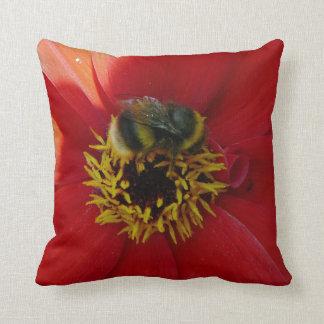 Biene auf einem roten Blume Throwkissen Kissen