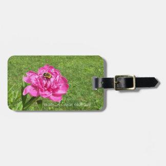 Biene auf einer hübschen Rose Gepäckanhänger