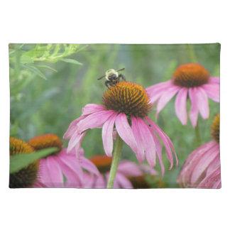 Biene auf lila Coneflower Stofftischset