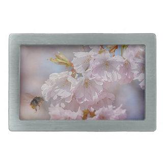 Biene auf rosa Blüte Rechteckige Gürtelschnalle