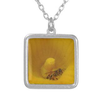 Biene bedeckt im Blütenstaub Versilberte Kette