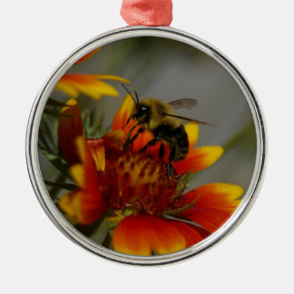 Biene, die auf einer Blume herumsucht Silbernes Ornament