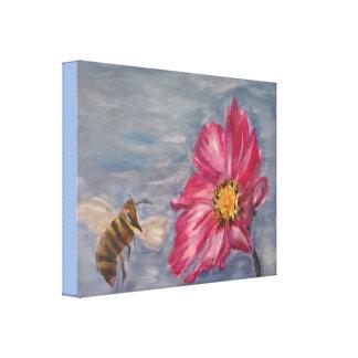 Biene, die auf einer Grasland-Wildblume im Garten Leinwanddruck