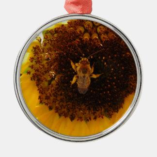 Biene, die eine Sonnenblume klettert Rundes Silberfarbenes Ornament