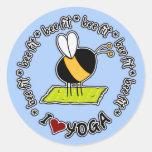 Biene gepasst - Yogaaufkleber Runder Aufkleber