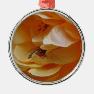 Biene in einer cremefarbenen Rose Rundes Silberfarbenes Ornament
