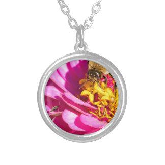 Biene und Wanze stehend auf einer lila Blume Versilberte Kette