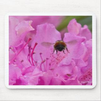 Bienen-Unterseite auf rosa Blumen-Hintergrund Mousepad