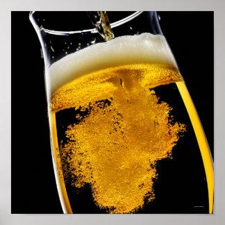 Bier gegossen in Glas Poster