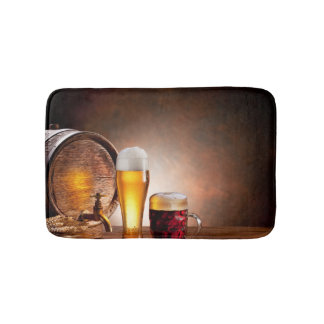 Bierfaß mit Biergläsern auf einer hölzernen Badematten