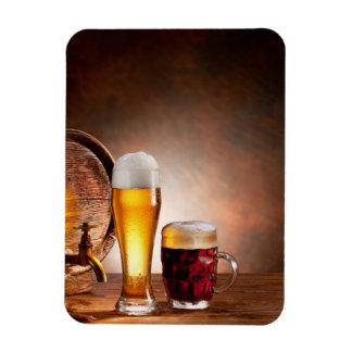 Bierfaß mit Biergläsern auf einer hölzernen Eckige Magnete