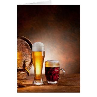 Bierfaß mit Biergläsern auf einer hölzernen Grußkarte