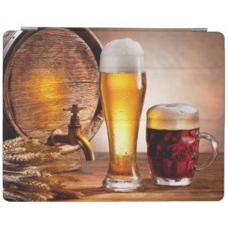 Bierfaß mit Biergläsern auf einer hölzernen iPad Hülle