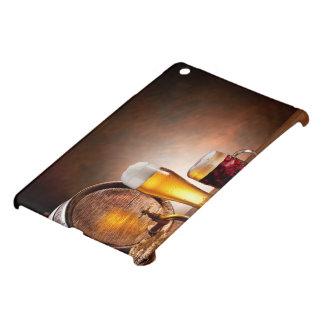Bierfaß mit Biergläsern auf einer hölzernen iPad Mini Schale
