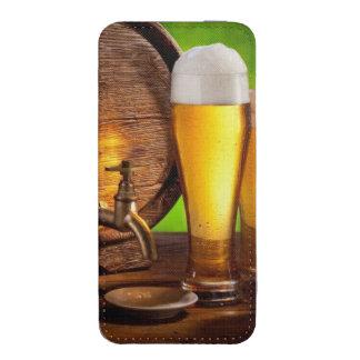 Bierfaß mit Biergläsern auf einer hölzernen iPhone Tasche
