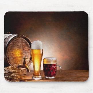 Bierfaß mit Biergläsern auf einer hölzernen Mousepad