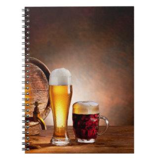 Bierfaß mit Biergläsern auf einer hölzernen Notizbücher