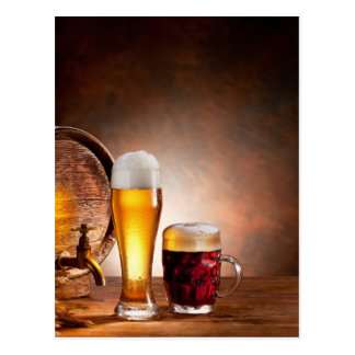 Bierfaß mit Biergläsern auf einer hölzernen Postkarte